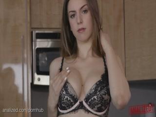 Секс с молодой девушкой дома на диване и минет от ее молодого человека