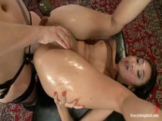 Госпожа трахает девушку с большими сиськами, заставляя