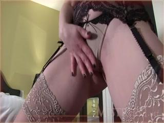 Эротика с зрелой дамочкой, которая любит трахнуться в пизду на кровати дома