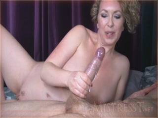 Сексуальная знойная блондинка дрочит хуй парню и сосет его сперму
