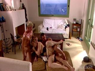 Секс видео молодых русских студентов на диване и столе дома - двойное
