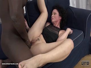 Секс с горячей женщиной, которая любит сосать хуй у мужчин на улице