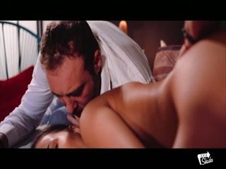 Секс с молодой девушкой на диване